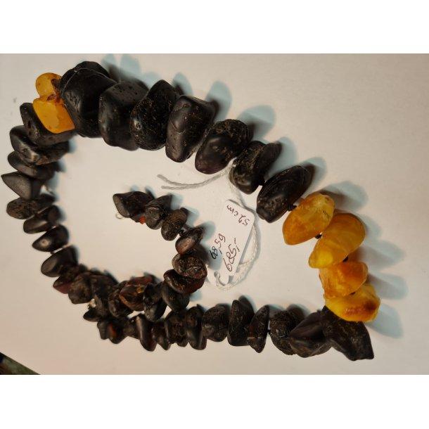 Ravkæde i sort rav med enkelte gule stykker
